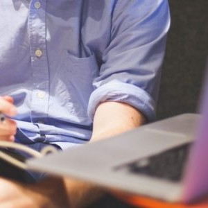 man-notes-macbook-computer-800x300